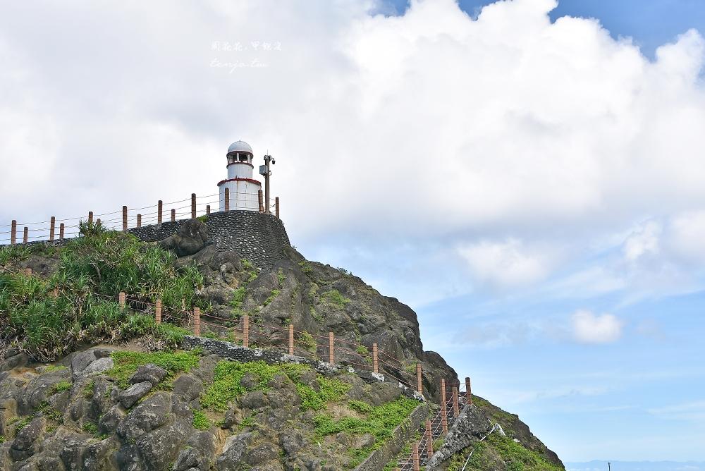 【蘭嶼景點】舊蘭嶼燈塔 開元港旁可愛白色小燈塔,蘭嶼日落星空攝影點推薦 @周花花,甲飽沒