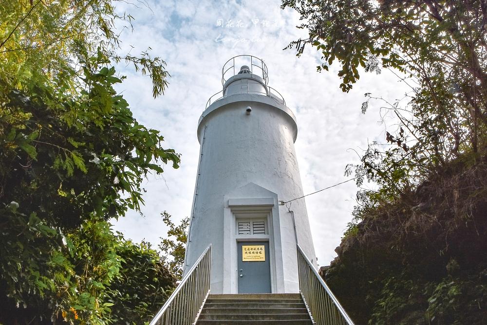 【屏東小琉琉景點】琉球嶼白燈塔 有著神秘鬼故事傳說的舊燈塔,白天可順路去百年榕樹 @周花花,甲飽沒