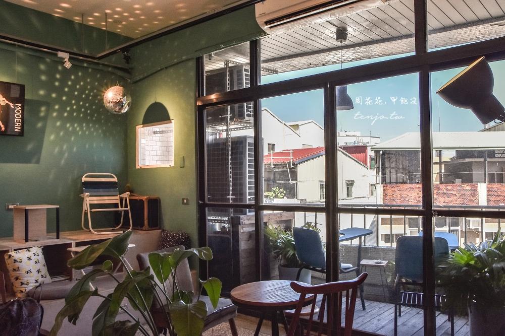 【台南南區咖啡廳】午營咖啡 政大畢業年輕老闆的理想空間 不限時可久坐看書寵物友善 @周花花,甲飽沒