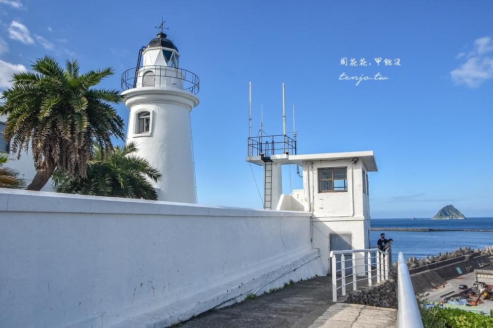 【基隆景點】基隆燈塔 看海秘境推薦!免費開放步道輕鬆好走 遠眺基隆嶼和碼頭貨櫃輪船 @周花花,甲飽沒